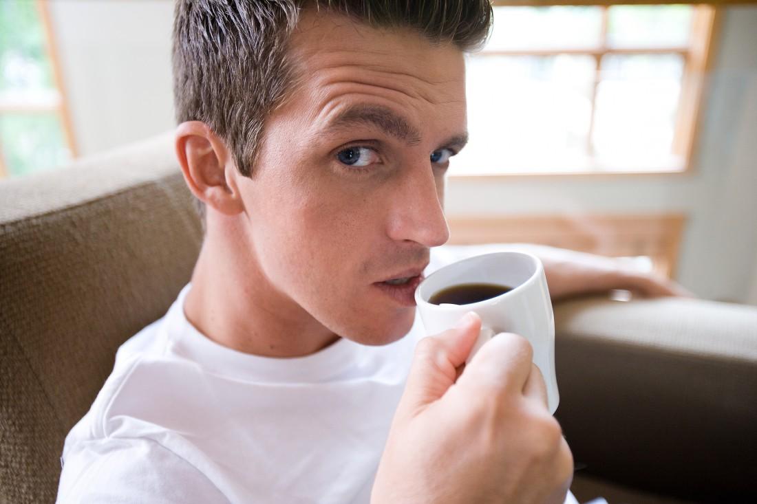 Пить кофе по утрам нужно после 09:30. Почему так — узнай далее