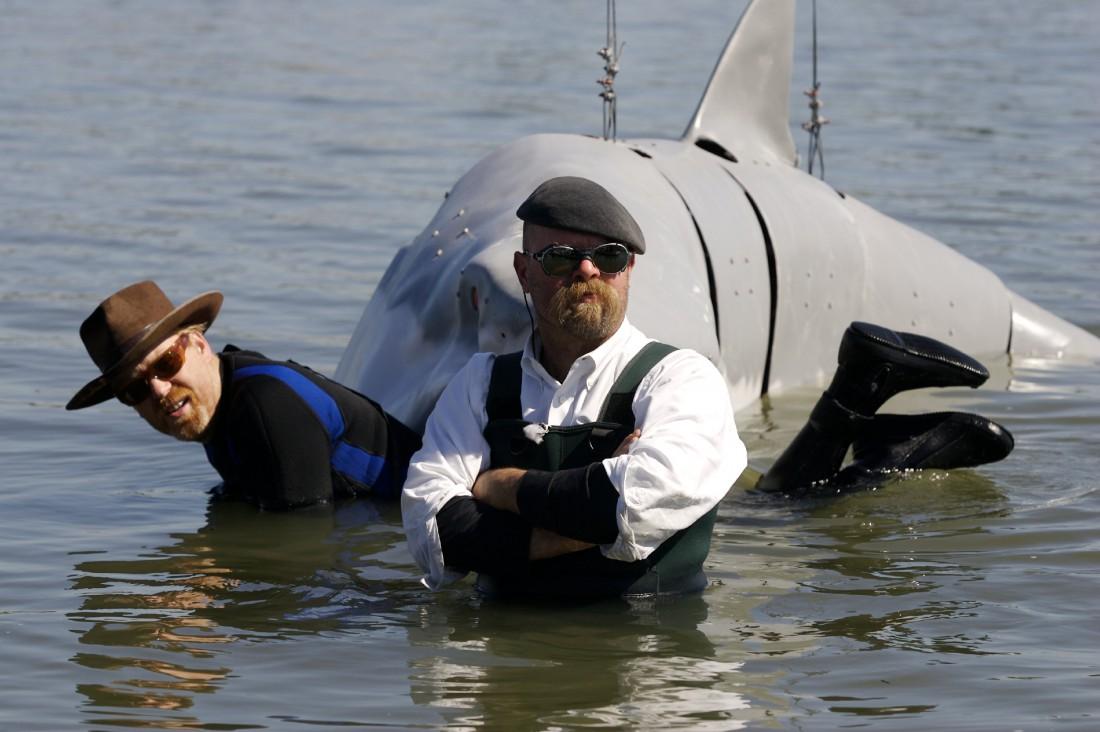 Адам Сэвидж в зубах акулы. И Джейми Хайнеман