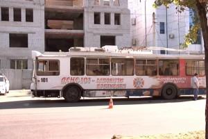 В Луганске произошла авария с участием троллейбуса и машины ОБСЕ