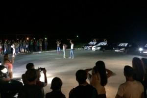 Один из рейсеров делал предложение девушке на перекрытой дороге.