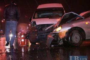 Шесть человек пострадали при лобовом столкновении такси и микроавтобуса