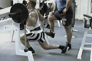 Выпады в тренажере сделают ноги сильнее
