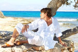 Чтобы привыкнуть к активному солнцу, в первые дни отдыха старайтесь посиживать в тени