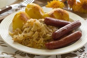 Сосиски, сваренные в пиве, в компании квашеной капусты и печеной картошки