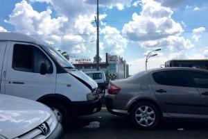 В аварии на Московском мосту столкнулись сразу шесть машин