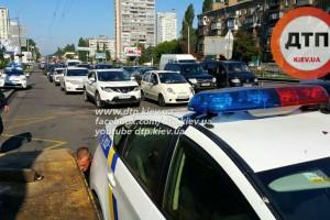 Патрульные полицейские попали в еще одно ДТП в Киеве. Тойота врезалась в маршрутку