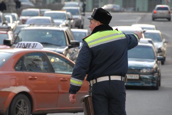 Почему прохожие решили защищать водителя, не сообщается