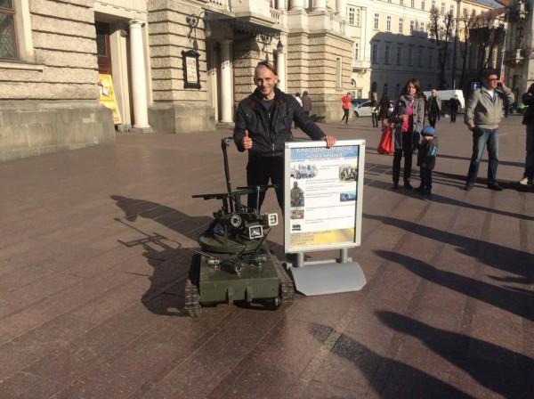 Волонтер Олег Панас позирует с танком