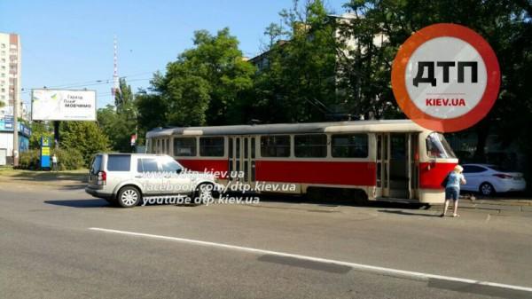 Land Rover устроил аварию в Киеве
