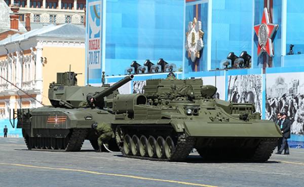Танк Армата (слева), заглохший на Красной площади