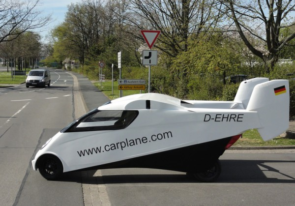 Прототип летающего автомобиля на шоссе