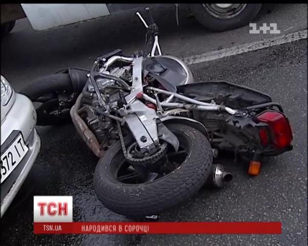 Мотоцикл отбросило под машины, которые стояли на светофоре