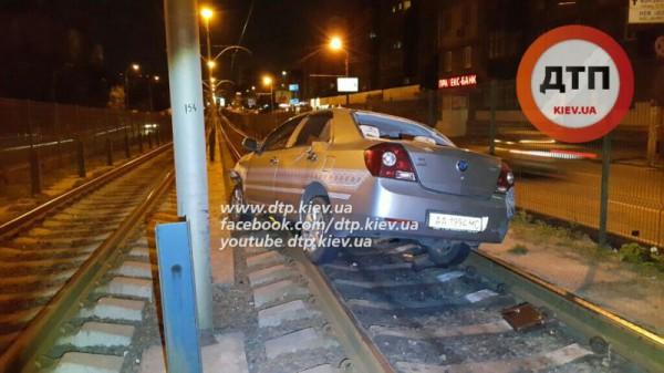 Авария у рельсов скоростного трамвая