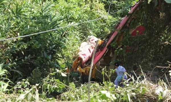 В Таиланде автобус упал в овраг, 18 человек погибли