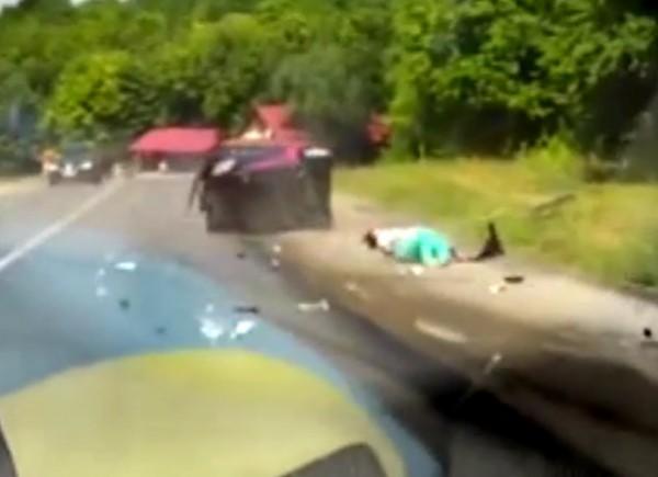 Женщину выбросило из салона авто