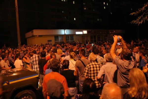 На месте ДТП в Луганске собрались сотни жителей города