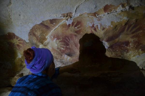 Ручные трафареты на одном из участков исследования в пещере Леанг Сакапао
