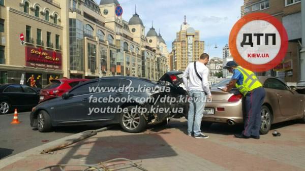 В Киеве столкнулись два Lexus и Mazda