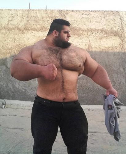 Сильный мужик с огромным