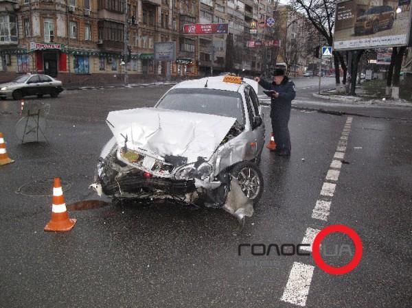 Таксист не уступил дорогу транспорт, который двигался по г
