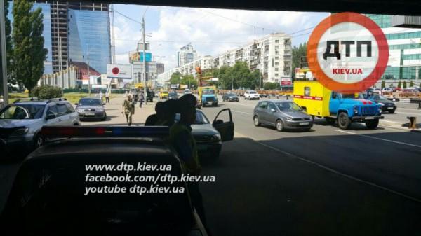 В Киеве фура оборвала провода
