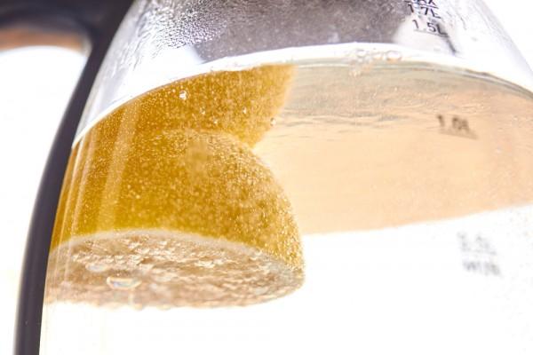Дольки лимона очищают чайник от накипи