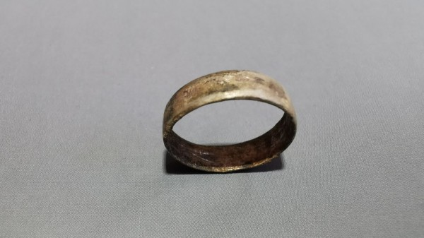 На пальце женщины найдено кольцо