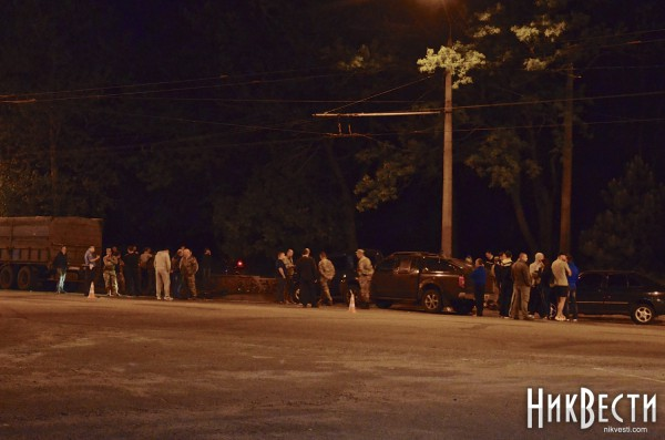 На месте гибели офицера собралось много людей