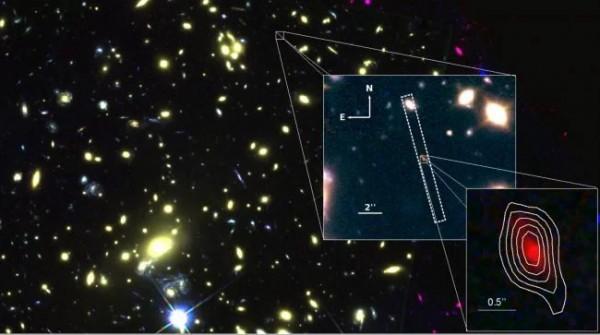 Первое увеличенное изображение показывает то, какой галактику MACS1149-JD1 увидел телескоп VLT Европейской южной обсерватории; второе – то, какой эту галактику увидел космический телескоп «Хаббл». Белыми контурами показаны зоны ионизованного кислорода, которые увидел телескоп ALMA