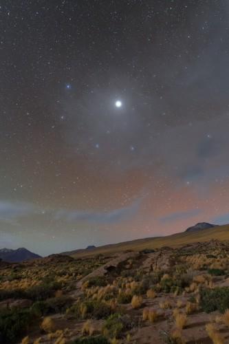 Юпитер светится в небе над пустыней