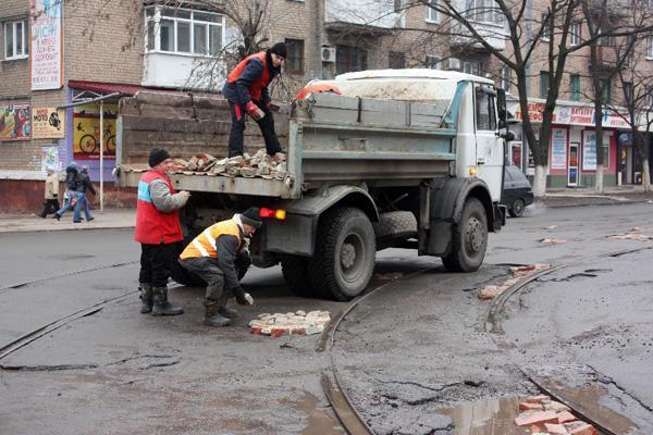 Вот так зимой 2012 года в Горловке официально ремонтировали дороги