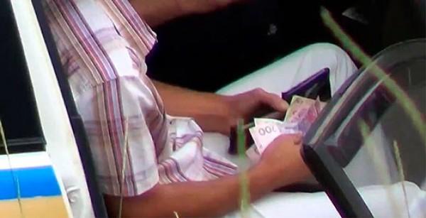 Водитель достал около 800-1000 грн и передал гаишнику