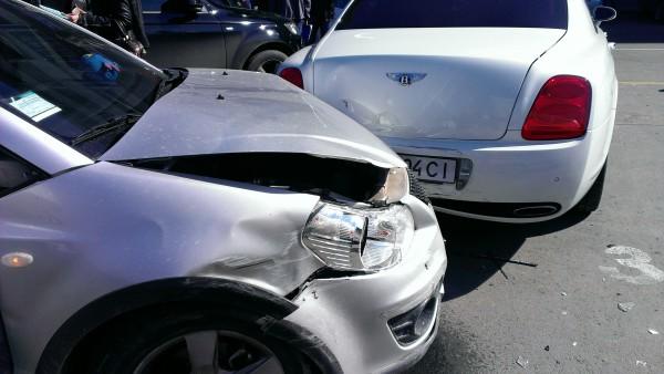 В Симферополе женщина за рулем Сузуки помяла три машины
