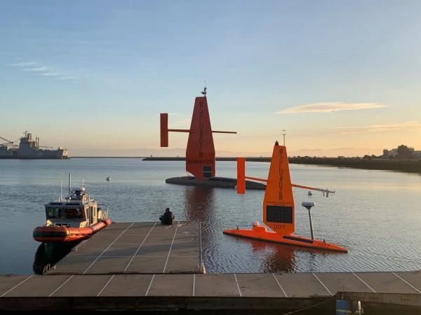 Недавно представленный 22-метровый Saildrone Surveyor и его 7-метровый товарищ