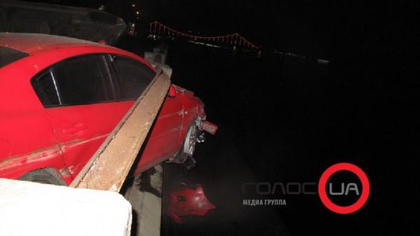 Водитель Мазды вылез через заднюю дверь. Его увезли в больницу.
