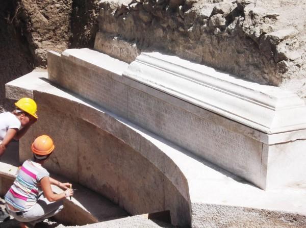 В Помпеях нашли древнюю гробницу