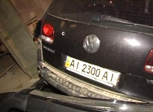 Volkswagen Touareg протаранил трактор. В машину стреляли?