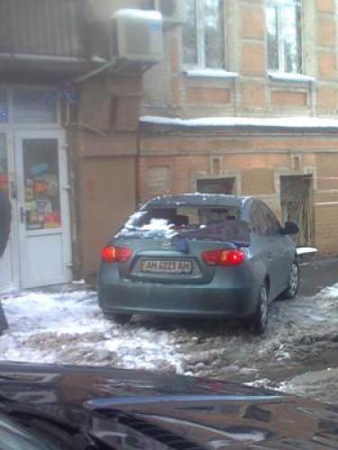 Упавший лед или снег разбил стекло автомобиля
