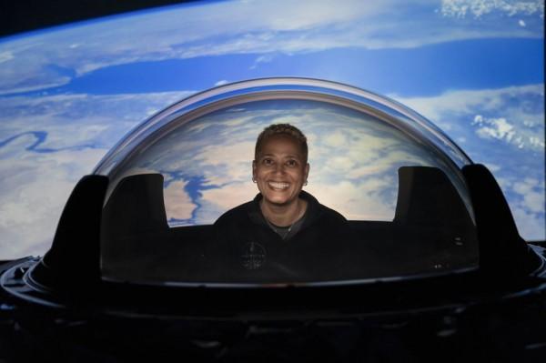 Астронавт Inspiration4 Сиан Проктор опробует новое окно купола SpaceX для своего космического корабля Crew Dragon, прежде чем оно будет установлено на транспортном средстве