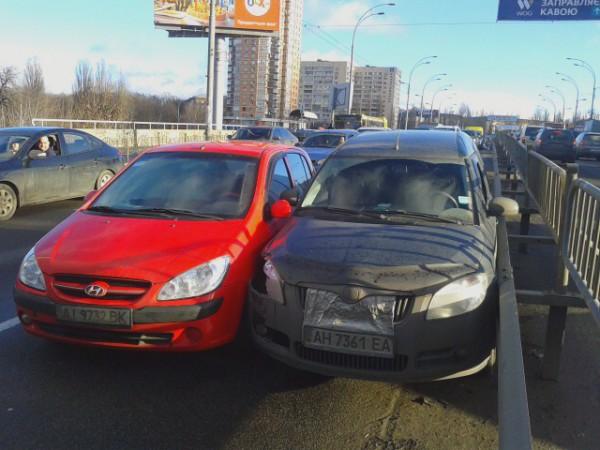 Водители пострадавших авто ожидают ГАИ