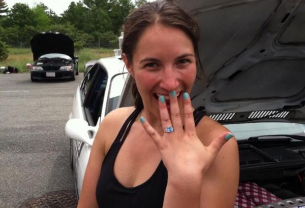 Счастливая Мэгии хвастается обручальным кольцом