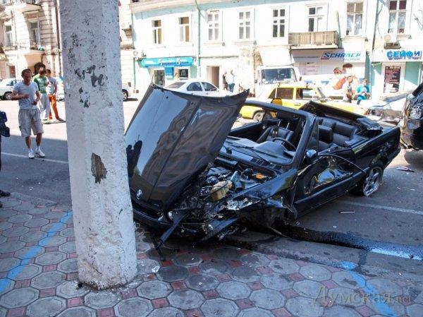 Лихач на BMW устроил крупное ДТП на Малой Арнаутской