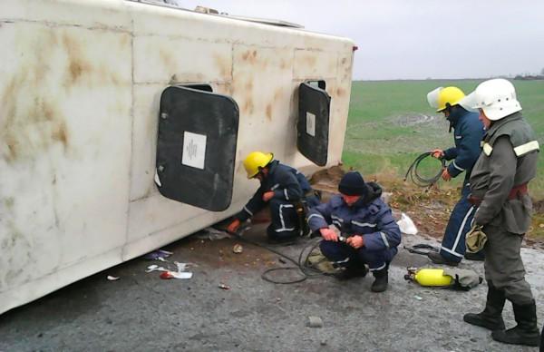 Спасатели достают раненых из машины