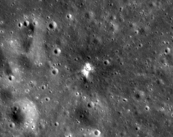 Поверхность Луны после падения метеорита