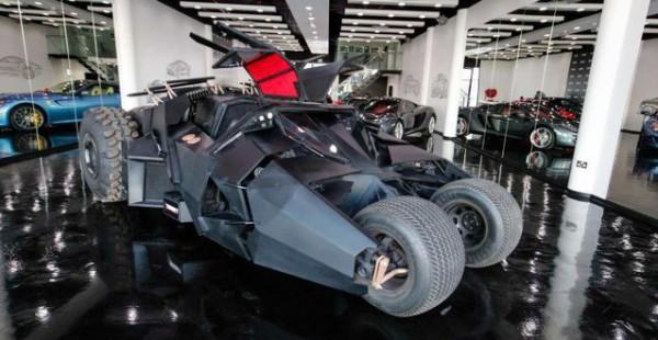 Бэтмобиль на парковке