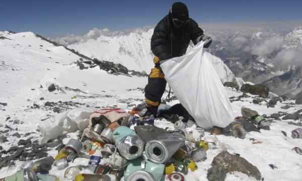 На Эвересте скопились тонны мусора и фекалий