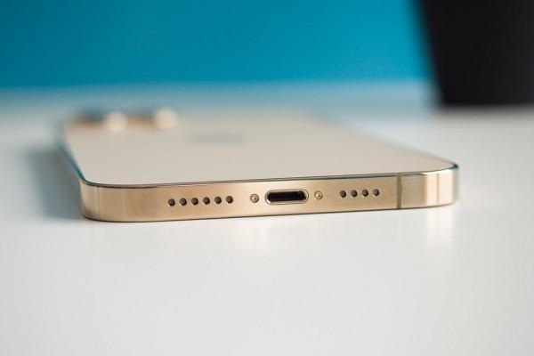 iPhone может лишиться порта зарядки