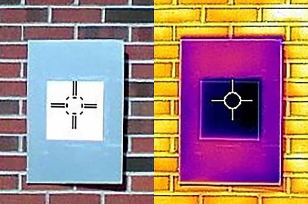 В оптическом свете слева и в инфракрасном свете справа, показывает, насколько холоднее окрашенная поверхность, чем поверхность вокруг нее.
