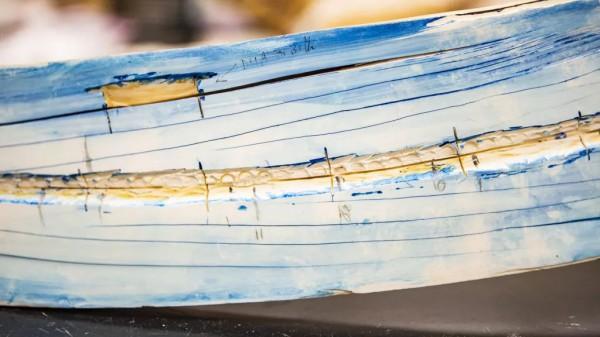 На снимке крупным планом виден расколотый бивень мамонта на базе стабильных изотопов Аляски. Синяя окраска используется для выявления линий роста.