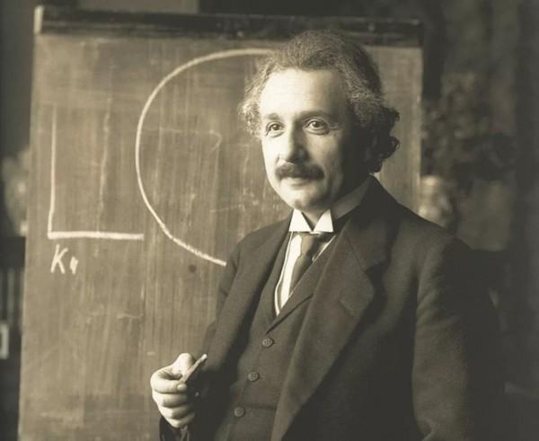 Альберт Эйнштейн отказался от ньютоновской картины гравитации как силы, заменив ее пространством-временем